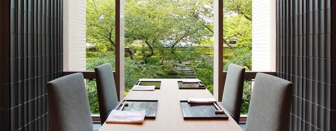 なだ万様_高輪店-日本料理_ホール窓側4名テーブルと景色_2016_-アタリs