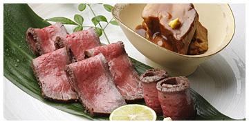 上品で豊かな味わいのローストビーフとなだ万の伝統の黒豚角煮が食卓を豪華に演出します。