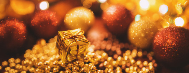 kaboompics.com_Tiny-Gold-Christmas-Gift2-e1448872402534